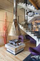 Lila sitzgarnitur in einem wohnzimmer mit betonwand und - Betonwand wohnzimmer ...