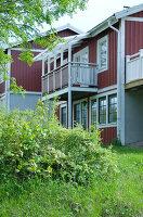 Bildnr.: 11013156<br/><b>Feature: 00790032 - Fr&#252;hling am Fluss</b><br/>Terrassiertes Schwedenhaus<br />living4media / Bj&#246;rnsdotter, Magdalena