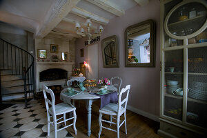 Bildno.: 11062100<br/><b>Feature: 11061984 - A Passion for Patina</b><br/>Charming home decorated in &#39;shabby-chic&#39; in the Loire<br />living4media / Madamour, Christophe