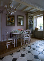 Bildno.: 11062104<br/><b>Feature: 11061984 - A Passion for Patina</b><br/>Charming home decorated in &#39;shabby-chic&#39; in the Loire<br />living4media / Madamour, Christophe