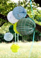 Bildno.: 11066112<br/><b>Feature: 11066110 - Lantern Light</b><br/>Paper lanterns add ambiance and drama to any party<br />living4media / Bauer, Christine