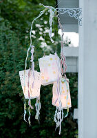 Bildno.: 11066124<br/><b>Feature: 11066110 - Lantern Light</b><br/>Paper lanterns add ambiance and drama to any party<br />living4media / Bauer, Christine