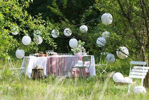 Gartenparty deko rustikal  Gedeckter Tisch für ein Gartenfest – Bild kaufen – living4media