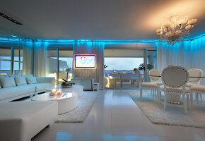 elegante weisse lederst hle um rundem esstisch in modernem esszimmer mit glasfassade und blick. Black Bedroom Furniture Sets. Home Design Ideas