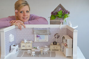 Bildno.: 11090074<br/><b>Feature: 11090073 - It's a Doll's World</b><br/>Teatime in Stepahnie Rathjens' dollhouse<br />living4media / Bannick, Sonja