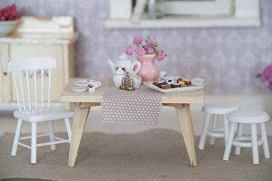 Bildno.: 11090078<br/><b>Feature: 11090073 - It's a Doll's World</b><br/>Teatime in Stepahnie Rathjens' dollhouse<br />living4media / Bannick, Sonja