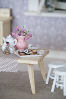 Bildno.: 11090080<br/><b>Feature: 11090073 - It's a Doll's World</b><br/>Teatime in Stepahnie Rathjens' dollhouse<br />living4media / Bannick, Sonja