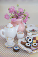 Bildno.: 11090082<br/><b>Feature: 11090073 - It's a Doll's World</b><br/>Teatime in Stepahnie Rathjens' dollhouse<br />living4media / Bannick, Sonja