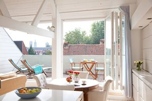 fensterbank mit kissen neben laterne in renoviertem dachgeschoss und blick auf balkon mit. Black Bedroom Furniture Sets. Home Design Ideas