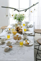 Bildno.: 11104440<br/><b>Feature: 11104439 - Yellow is Easter</b><br/>Sunny decorations and golden bunnies<br />living4media / Manduzio, Matteo