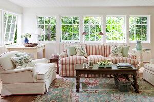 Gem tliches wohnzimmer mit ppig gepolsterten sitzm blen for Wohnzimmereinrichtung landhausstil