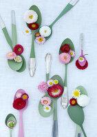 Bildnr.: 11146882<br/><b>Feature: 11146866 - Tausendsch&#246;n</b><br/>G&#228;nsebl&#252;mchen, die Wiesen-Fee unter den Blumen, als Deko<br />living4media / Bauer, Christine