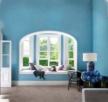 Blaues Jugendstil Wohnzimmer Mit Sitzbank In Fensternische Und