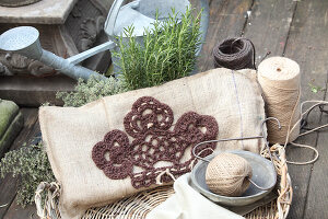 Bildno.: 11195068<br/><b>Feature: 11195046 - Sackcloth and String</b><br/>Great things for the garden made of simple materials<br />living4media / Raider, Peter