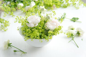 Bildno.: 11197306<br/><b>Feature: 11197304 - Roses and Lady's Mantle</b><br/>Delicate floral decoration<br />living4media / Schindler, Martina