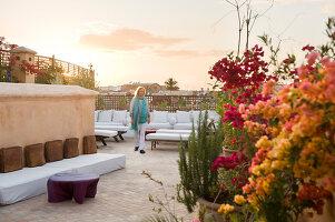 marokkanische sitzecke in einer wandnische mit. Black Bedroom Furniture Sets. Home Design Ideas