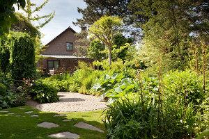 Bildno.: 11223660<br/><b>Feature: 11223659 - Green and Grand</b><br/>Romantic garden in Limburg, Belgium<br />living4media / Pietrek, Sibylle