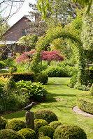 Bildno.: 11223662<br/><b>Feature: 11223659 - Green and Grand</b><br/>Romantic garden in Limburg, Belgium<br />living4media / Pietrek, Sibylle