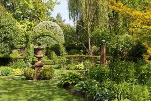 Bildno.: 11223670<br/><b>Feature: 11223659 - Green and Grand</b><br/>Romantic garden in Limburg, Belgium<br />living4media / Pietrek, Sibylle