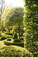 Bildno.: 11223674<br/><b>Feature: 11223659 - Green and Grand</b><br/>Romantic garden in Limburg, Belgium<br />living4media / Pietrek, Sibylle