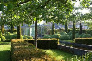 Bildnr.: 11223736<br/><b>Feature: 11223710 - Formvollendet</b><br/>Heerenhof, ein idyllischer Garten in Maastricht<br />living4media / Pietrek, Sibylle