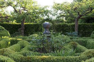 Bildnr.: 11223742<br/><b>Feature: 11223710 - Formvollendet</b><br/>Heerenhof, ein idyllischer Garten in Maastricht<br />living4media / Pietrek, Sibylle