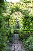 Bildnr.: 11223748<br/><b>Feature: 11223710 - Formvollendet</b><br/>Heerenhof, ein idyllischer Garten in Maastricht<br />living4media / Pietrek, Sibylle