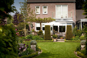Bildno.: 11223836<br/><b>Feature: 11223835 - Woman's Touch</b><br/>Lush garden in the Netherlands<br />living4media / Pietrek, Sibylle
