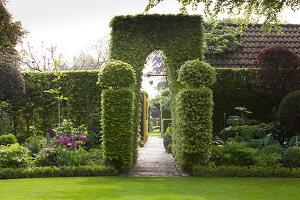 Bildno.: 11223858<br/><b>Feature: 11223835 - Woman's Touch</b><br/>Lush garden in the Netherlands<br />living4media / Pietrek, Sibylle