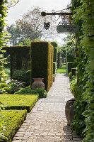 Bildno.: 11223860<br/><b>Feature: 11223835 - Woman's Touch</b><br/>Lush garden in the Netherlands<br />living4media / Pietrek, Sibylle