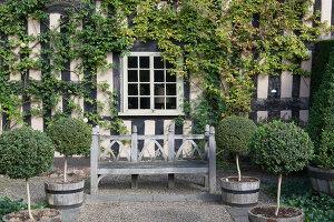 Bildno.: 11247148<br/><b>Feature: 11247147 - A Garden with Tradition</b><br/>Extensive garden surrounding a 16th century house<br />living4media / Herwig, Modeste