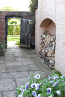 Bildno.: 11247150<br/><b>Feature: 11247147 - A Garden with Tradition</b><br/>Extensive garden surrounding a 16th century house<br />living4media / Herwig, Modeste