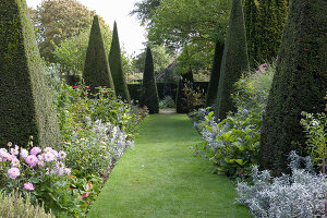 Bildno.: 11247152<br/><b>Feature: 11247147 - A Garden with Tradition</b><br/>Extensive garden surrounding a 16th century house<br />living4media / Herwig, Modeste