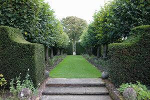 Bildno.: 11247156<br/><b>Feature: 11247147 - A Garden with Tradition</b><br/>Extensive garden surrounding a 16th century house<br />living4media / Herwig, Modeste