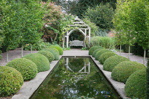 Bildno.: 11247158<br/><b>Feature: 11247147 - A Garden with Tradition</b><br/>Extensive garden surrounding a 16th century house<br />living4media / Herwig, Modeste