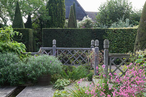 Bildno.: 11247160<br/><b>Feature: 11247147 - A Garden with Tradition</b><br/>Extensive garden surrounding a 16th century house<br />living4media / Herwig, Modeste