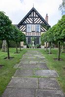 Bildno.: 11247162<br/><b>Feature: 11247147 - A Garden with Tradition</b><br/>Extensive garden surrounding a 16th century house<br />living4media / Herwig, Modeste