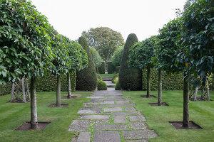 Bildno.: 11247164<br/><b>Feature: 11247147 - A Garden with Tradition</b><br/>Extensive garden surrounding a 16th century house<br />living4media / Herwig, Modeste