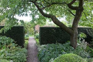 Bildno.: 11247168<br/><b>Feature: 11247147 - A Garden with Tradition</b><br/>Extensive garden surrounding a 16th century house<br />living4media / Herwig, Modeste