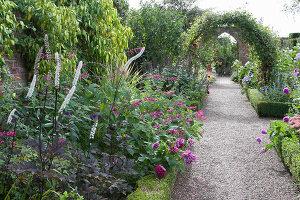 Bildno.: 11247172<br/><b>Feature: 11247147 - A Garden with Tradition</b><br/>Extensive garden surrounding a 16th century house<br />living4media / Herwig, Modeste