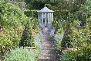Bildno.: 11247174<br/><b>Feature: 11247147 - A Garden with Tradition</b><br/>Extensive garden surrounding a 16th century house<br />living4media / Herwig, Modeste