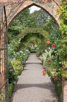 Bildno.: 11247182<br/><b>Feature: 11247147 - A Garden with Tradition</b><br/>Extensive garden surrounding a 16th century house<br />living4media / Herwig, Modeste