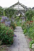 Bildno.: 11247184<br/><b>Feature: 11247147 - A Garden with Tradition</b><br/>Extensive garden surrounding a 16th century house<br />living4media / Herwig, Modeste