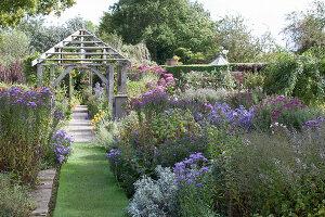 Bildno.: 11247188<br/><b>Feature: 11247147 - A Garden with Tradition</b><br/>Extensive garden surrounding a 16th century house<br />living4media / Herwig, Modeste