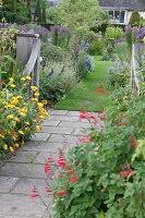 Bildno.: 11247190<br/><b>Feature: 11247147 - A Garden with Tradition</b><br/>Extensive garden surrounding a 16th century house<br />living4media / Herwig, Modeste
