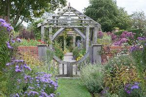 Bildno.: 11247196<br/><b>Feature: 11247147 - A Garden with Tradition</b><br/>Extensive garden surrounding a 16th century house<br />living4media / Herwig, Modeste