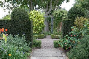 Bildno.: 11247198<br/><b>Feature: 11247147 - A Garden with Tradition</b><br/>Extensive garden surrounding a 16th century house<br />living4media / Herwig, Modeste