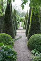 Bildno.: 11247200<br/><b>Feature: 11247147 - A Garden with Tradition</b><br/>Extensive garden surrounding a 16th century house<br />living4media / Herwig, Modeste