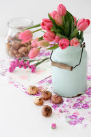 Bildno.: 11255966<br/><b>Feature: 11255956 - Spring Feeling</b><br/>Decorating with spring flowers<br />living4media / Syl Loves