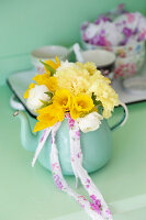 Bildno.: 11255970<br/><b>Feature: 11255956 - Spring Feeling</b><br/>Decorating with spring flowers<br />living4media / Syl Loves
